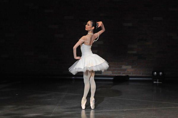 カンパニーでこぼこ「Ballet&Organ」 『ライモンダ』(夜公演)西田佑子 撮影:古都栄二(テス大阪)