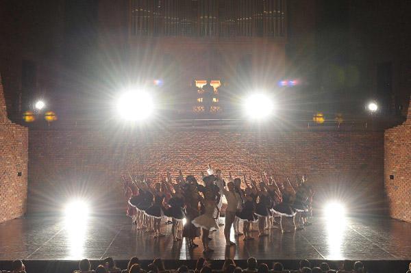 カンパニーでこぼこ「Ballet&Organ」 『ライモンダ』(夜公演) 撮影:テス大阪