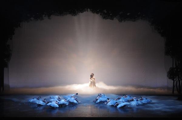 国田美和バレエスタジオ公演『白鳥の湖』 『白鳥の湖』国田美和、佐々木大 撮影:古都栄二(テス大阪)