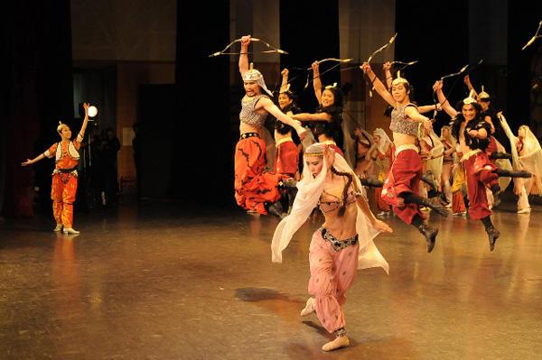 バレエ芸術劇場「韃靼人の踊り」 撮影:岡村昌夫(テス大阪)