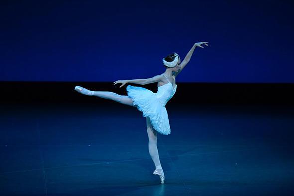 『白鳥の湖』第2幕よりオデットのヴァリアシオン ウジェニー・ドリオン 撮影:瀬戸秀美