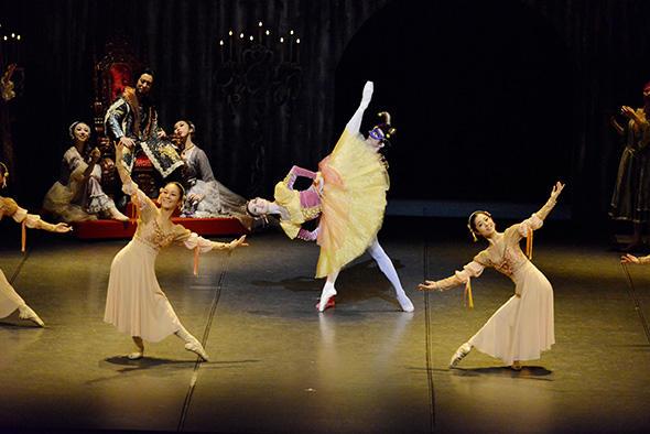 『赤き死の舞踏』舞踏会のナポリの踊り 中央:河野裕衣 撮影:尾花文雄