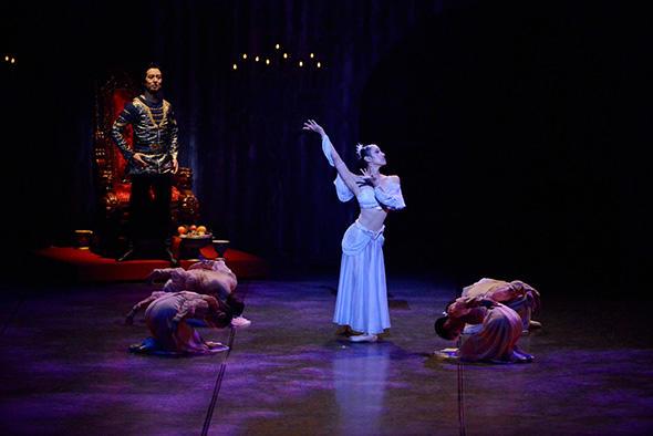 『赤き死の舞踏』舞踏会のアラビアの踊り 中央:佐野裕子 撮影:尾花文雄