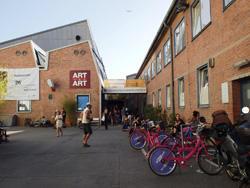 ワークショップの会場となっている国立劇場の倉庫。参加者はピンクの貸し自転車で移動します。