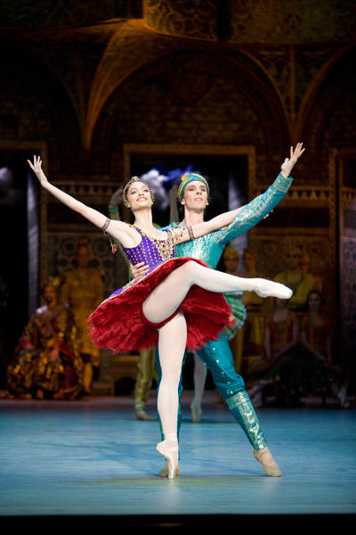 パリ国立オペラ座バレエ団『ラ・バヤデール』 2幕のパ・ダクシヨンより、ガムザッティ役のドロテ・ジルベールとソロル役のニコラ・ル・リッシュ Photo Sébastien Mathé