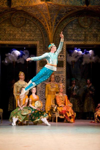 パリ国立オペラ座バレエ団『ラ・バヤデール』 2幕のヴァリアシヨンより、ソロル役のニコラ・ル・リッシュ Photo Sébastien Mathé