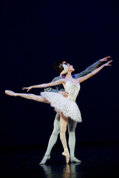 2009年1月の公演「若きダンサーたち」より「白鳥の湖」 PHOTO AGATHE POUPENEY/OPERA NATIONAL DE PARIS