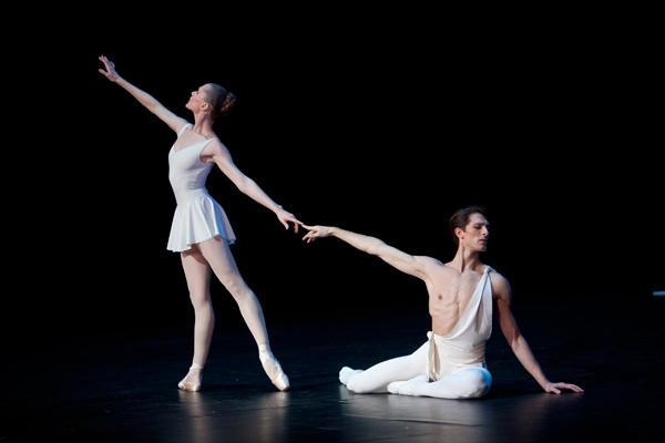 「アポロ」マチュー・ガニオ エミリー・コゼット (C)Sebastien Mathé/Opéra national de Paris