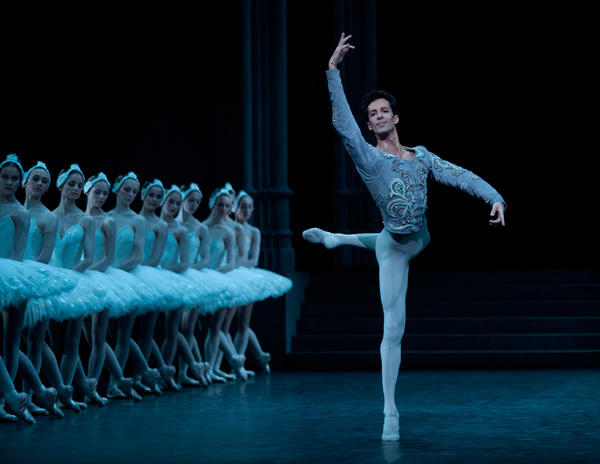 『白鳥の湖』 Photo Annne Deniau/Opéra national de Paris