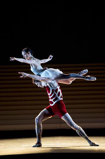 パリ・オペラ座バレエ団『カリギュラ』 クレールマリ・オスタ、ステファン・ブリヨン (C)Laurent Philippe/Opéra national de Paris