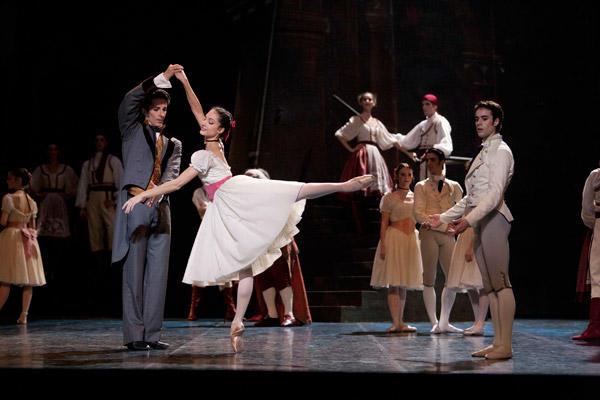 『コッペリア』 ドロテ・ジルベール、マチアス・エイマン、ジョゼ・マルティネズ (C)Sébastien Mathé/Opéra national de Paris