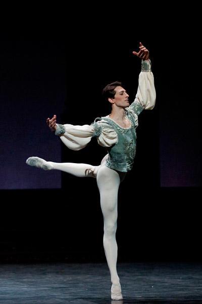 『ロメオとジュリエット』マチュー・ガニオ (C)Julien Benhamou/Opéra national de Paris