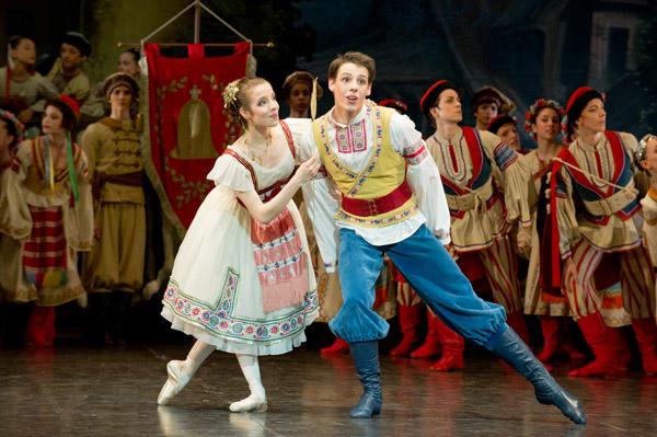 オペラ座バレエ学校公演『コッペリア』 マリー・ヴァルレ(スワニルダ)、ジェルマン・ルーベ(フランツ) (C)David Elofer/Opéra national de Paris ※写真は鑑賞日のものではありません