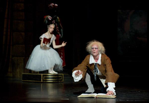 オペラ座バレエ学校公演『コッペリア』 マリー・ヴァルレ(スワニルダ)、ナタン・ブージ(コッペリウス) (C)David Elofer/Opéra national de Paris ※写真は鑑賞日のものではありません