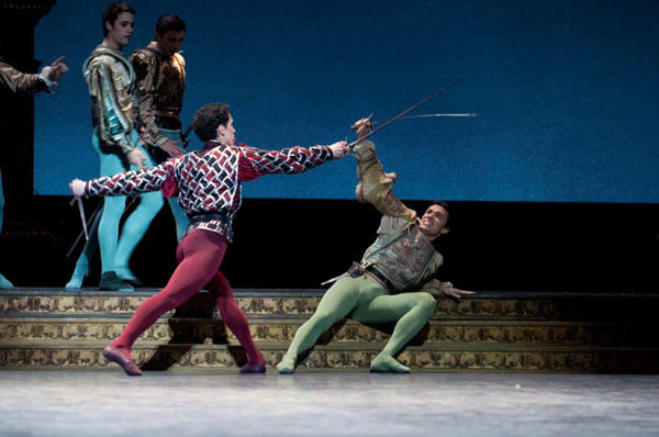 「ロメオとジュリエット」 左はティボルト役のステファン・ブリヨン (C)Michel Lidvac