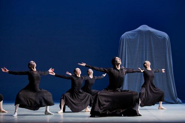 『ベルナルダの家』 ジョゼ・マルティネズ、リュドミラ・パリエロ、クレールマリ・オスタ、オーレリー・バレ、アメリー・ラムルー (C)Agate Poupeny/Opéra national de Paris