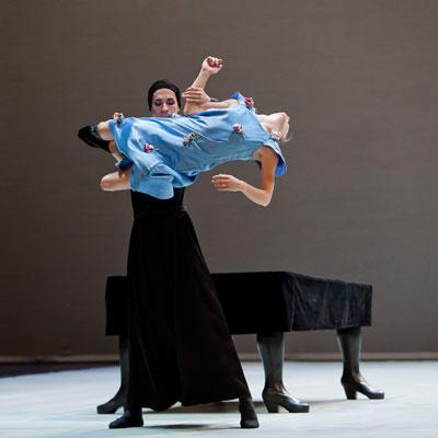 『ベルナルダの家』 ジョゼ・マルティネズ、シャルロット・ランソン (C) Agate Poupeny/Opéra national de Paris