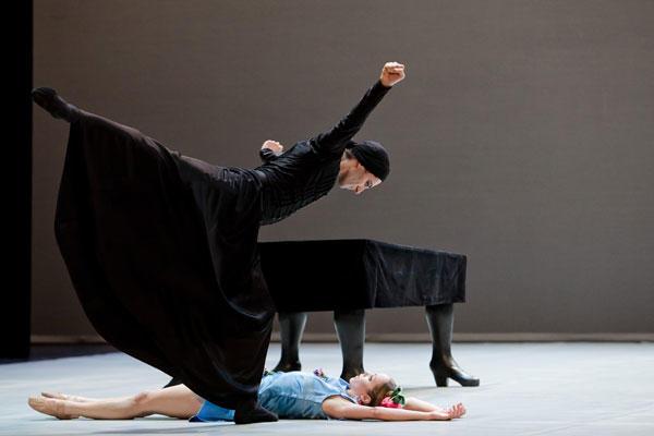 『ベルナルダの家』ジョゼ・マルティネズ シャルロット・ランソン (C) Agate Poupeny/Opéra national de Paris
