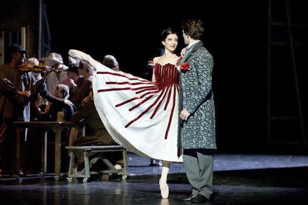 「天井桟敷の人々」シャラヴォラとガニオ (C)Julien Benhamou / Opéra national de Paris