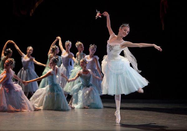 『泉』リュドミラ・パリエロ (C)Anne Deniau/Opéra national de Paris