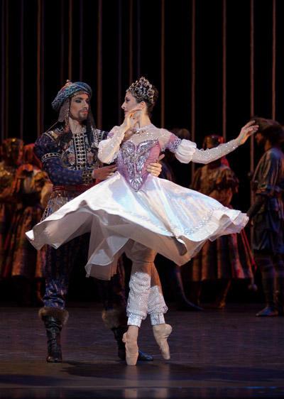 『泉』イザベル・シアラヴォラ、クリストフ・デュケンヌ (C)Anne Deniau/Opéra national de Paris