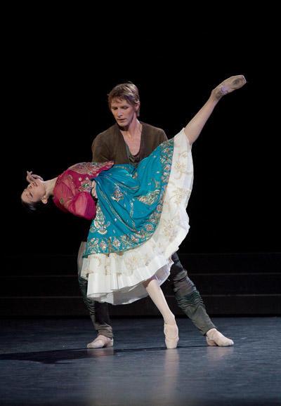 『泉』イザベル・シアラヴォラ、カール・パケット (C)Anne Deniau/Opéra national de Paris