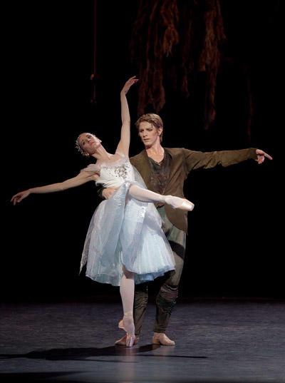 『泉』リュドミラ・パリエロ、カール・パケット (C)Anne Deniau/Opéra national de Paris