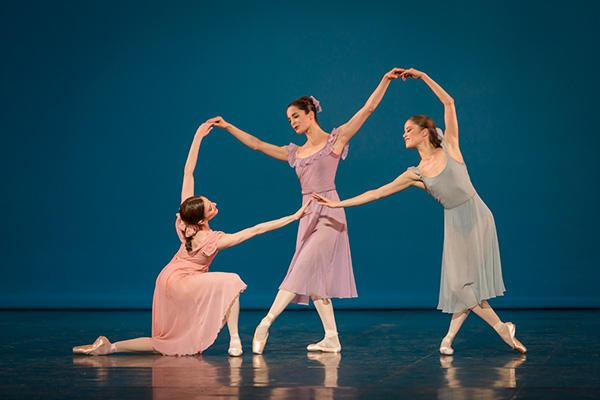 『ダンシイズ・アット・ア・ギャザリング』 リュドミラ・パリエロ、アマンディーヌ・アルビッソン、シャルリーヌ・ギーゼンダンナー (C) Opera national de Paris/ Sebastien Mathe