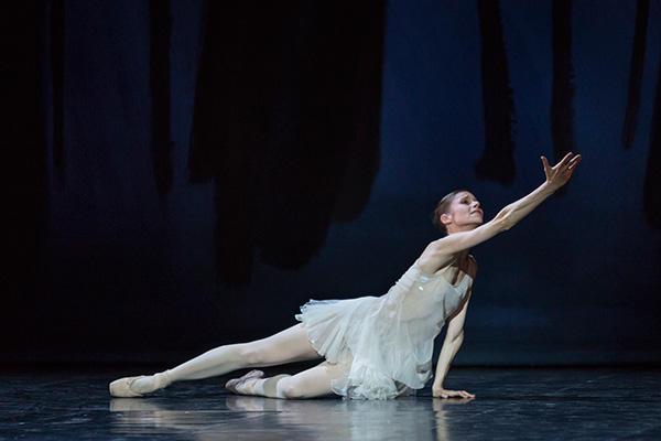 『プシュケ』レテシア・プジョル (C) Opéra national de Paris/ Sébastien Mathé