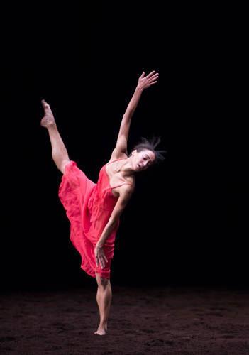 「春の祭典」レティツィア・ガローニ (C) Julien Benhamou/Opéra national de Paris