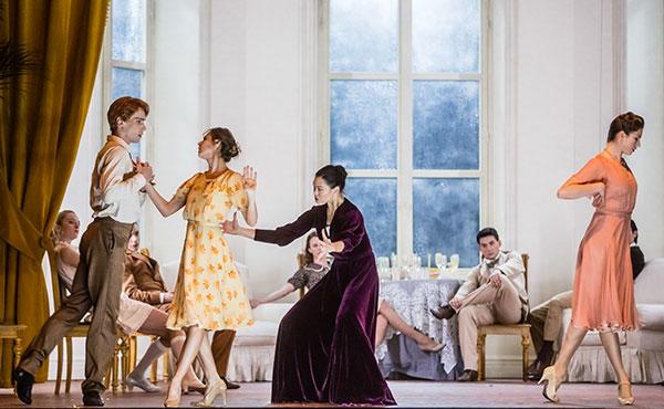 『イオランタ』(C) Opéra national de Paris/ Agathe Poupeney ステファーヌ・ブリヨン(ヴォーデモン)、マリオン・バルボー(マリー)、 アリス・ルナヴァン(母親)