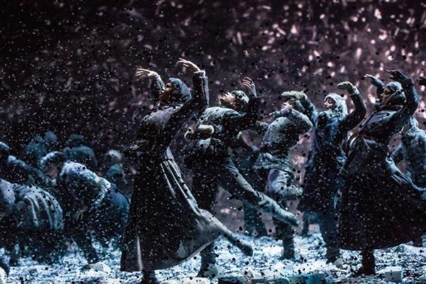 『くるみ割り人形』雪片のワルツ / シディ・シェルビ・シェルカウイ振り付け photo Julien Benhamou/ Opéra national de Paris