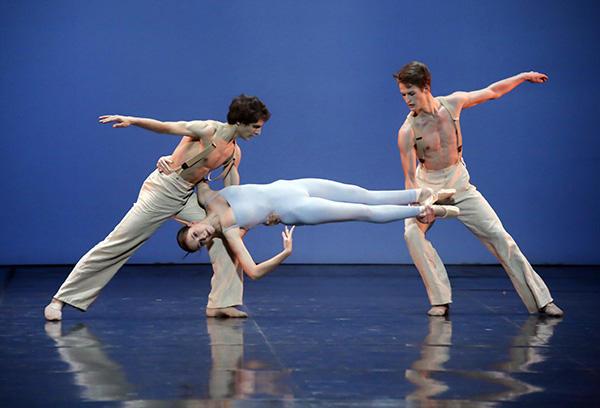 オペラ座バレエ学校の公演 2014年「ヨンダリング」(右) photo Francette Levieux/ Opéra national de Paris