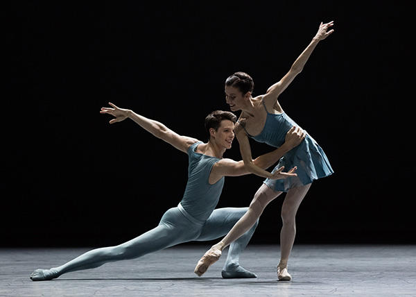 「Blake Works I 」リュドミラ・パリエロ、ジェルマン・ルーヴェ (C) Opéra national de Paris/ Ann Ray