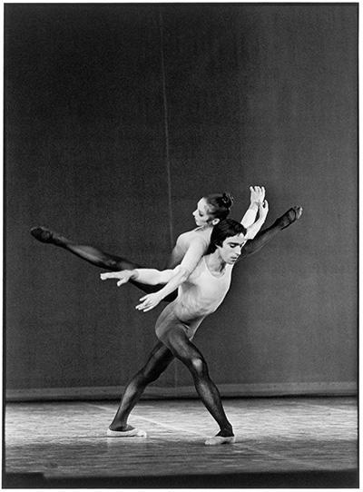 第二部 マース・カニンガムの『Un jour ou deux』 (1973)を踊るウィルフリード・ピオレとジャン・ギゼリックス (c)Colette Masson/ Roger Viollet