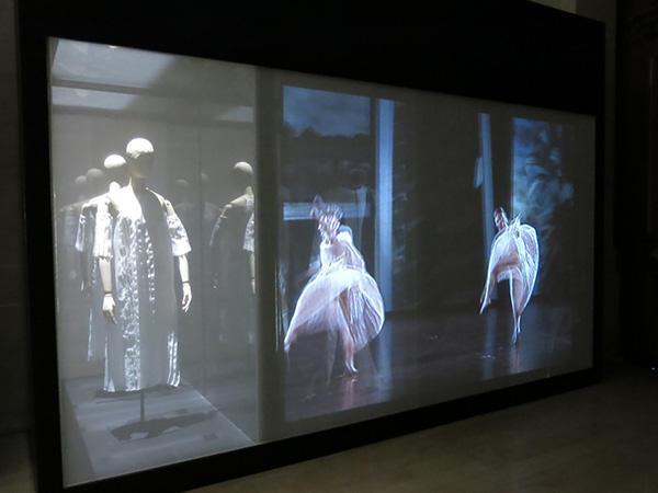 ウィリム・フォーサイスの『In the middle , somewhat elevated』、トリシャ・ブラウンの『O zlozony/ O compoisite』『Glacial Decoy』、カロリン・カールソンの『シーニュ』の4作品の衣装と映像を鑑賞できる階段席が、展覧会場の奥に設けられている。
