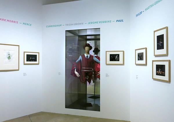 ウィリム・フォーサイスの『In the middle , somewhat elevated』、<br />トリシャ・ブラウンの『O zlozony/ O compoisite』『Glacial Decoy』、カロリン・カールソンの『シーニュ』の4作品の衣装と<br />映像を鑑賞できる階段席が、展覧会場の奥に設けられている。
