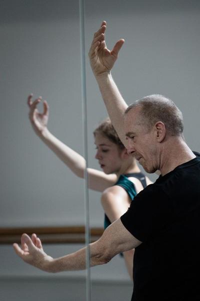『 Blake Works 1』を創作中のウイリアム・フォーサイス photo(C) Ann Ray/ Opéra national de Paris