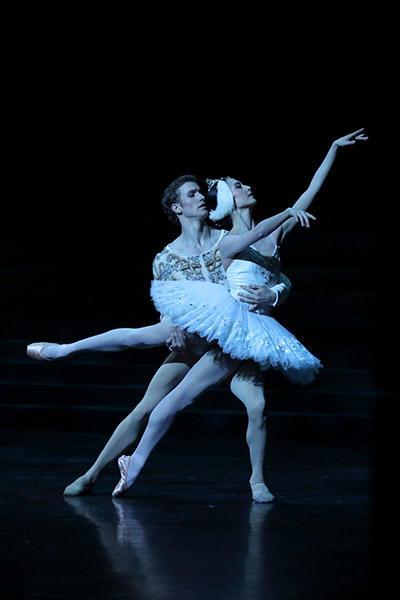 オニール 八菜、ファビアン・レヴィヨン (C) Opéra national de Paris/ Svetlana Loboff