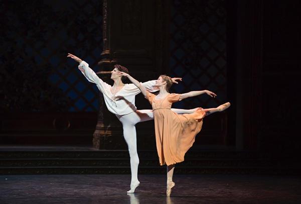 『ロメオとジュリエット』photo Julien Benhamou/ Opéra national de Paris
