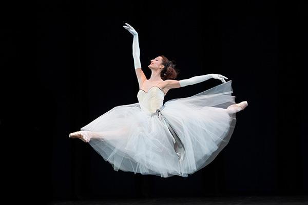 『ラ・ヴァルツ』(C) Opéra national de Paris / Laurent Philippe 記事当日の写真ではありません