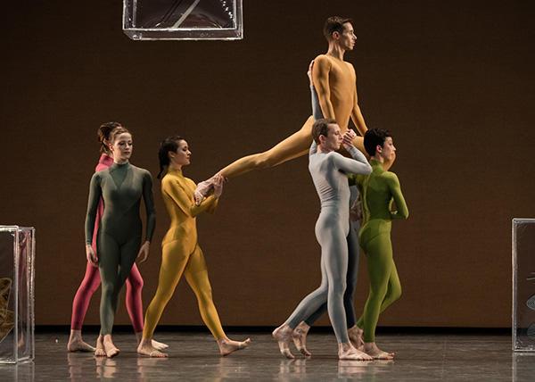 『ウォークアラウンド・タイム』 (C) Opéra national de Paris / Ann Ray