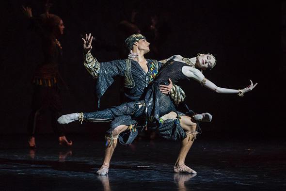 くるみ割り人形』アラビアの踊り photo Sébastien Mathé/ Opéra national de Paris