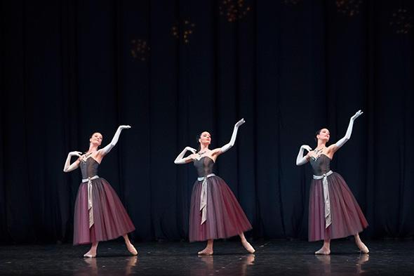 『ラ・ヴァルス』(中央)photo Laurent Philippe/Opéra national de Paris