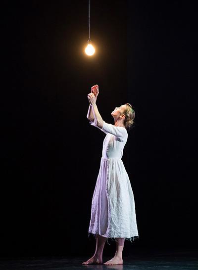 『マッチ売りの少女の受難』 (C) Opéra national de Paris/ Julien Benhamou
