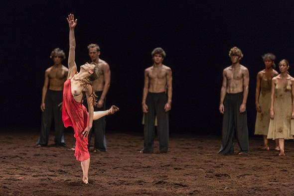 「春の祭典」 photo Sébastien Mathé/ Opéra national de Paris
