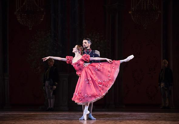 リュドミラ・パリエロ、フロリアン・マニュネ(グレミン将軍) (C) Opéra national de Paris/ Julien Benhamou