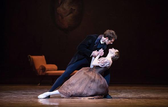 マチュー・ガニオ、リュドミラ・パリエロ (C) Opéra national de Paris/ Julien Benhamou
