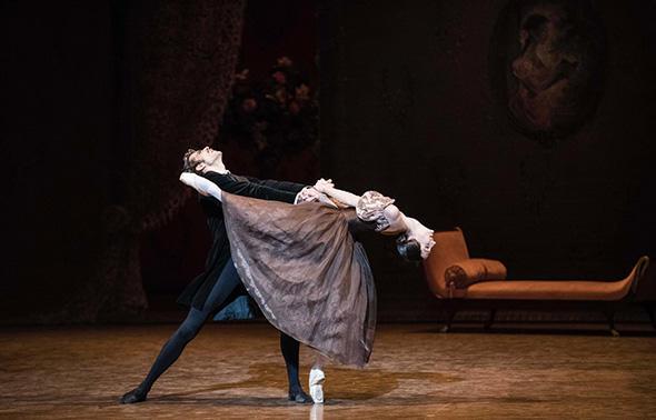 ドロテ・ジルベール(タチアナ)オードリック・ブザール(オネーギン) (C) Opéra national de Paris/ Julien Benhamou