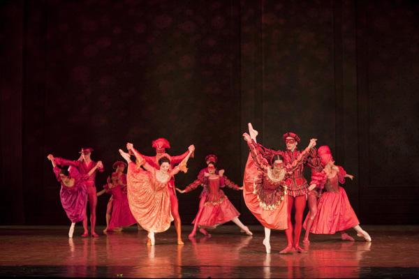 パリ国立オペラ座バレエ団『椿姫』 (C)Sébastien Mathé/Opéra national de Paris